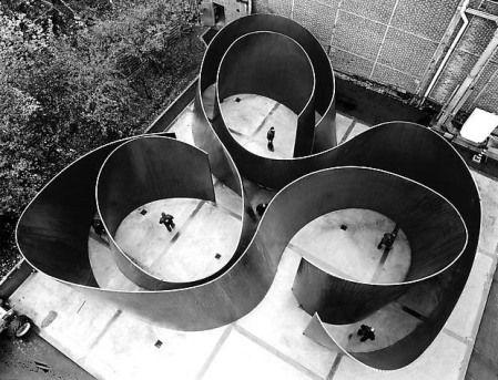 """Richard Serra                                                                                                                                                                                 """"Dans les sculptures découpées à la scie, la coupe (action) en tant que ligne (forme, modèle, schème) informe le matériau et le processus d'élaboration."""""""
