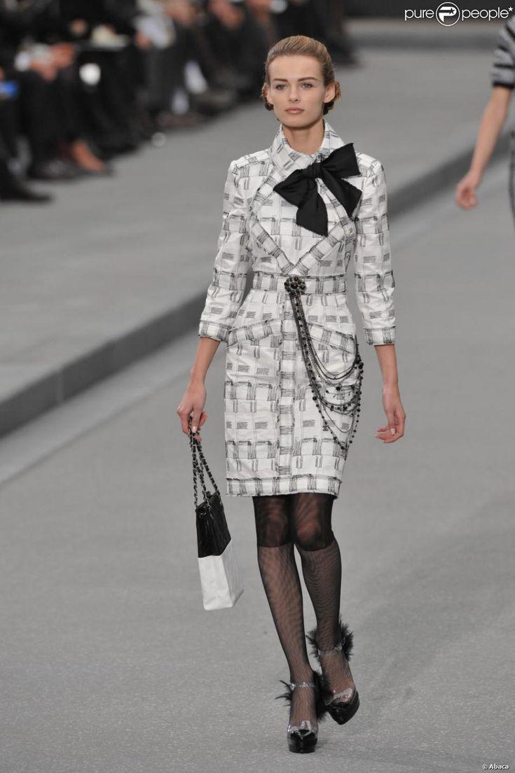 Jolie robe tailleur, noire et blanche, issue de la collection printemps-été 2009, signée Karl Lagerfeld pour la maison Chanel.