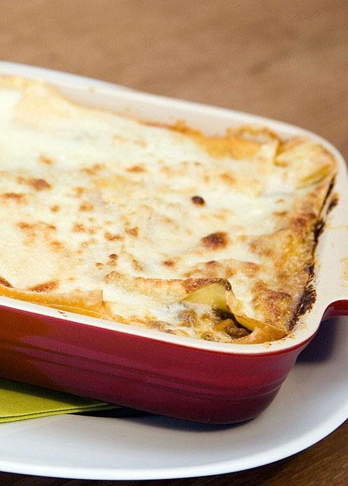 Lasagne Bolognese mit Hackfleisch und frischem Gemüse