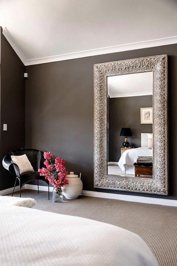 schlafzimmer ideen rosa blumen schwarzer stuhl spiegel mit silbernem
