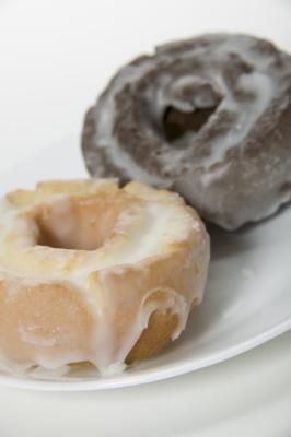 How to Make Glaze for Donuts With Milk & Sugar