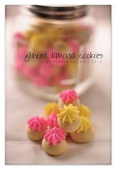 Isi stoples kali ini old style cookies. Aslinya sih biscuit almond yg atasnya di kasih royal icing yg di spuit bentuk bintang. Masih inget k...