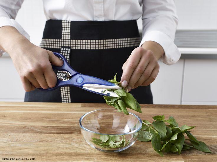 Plantele tale aromatice au un gust mai puternic atunci când le tai cu o foarfecă.