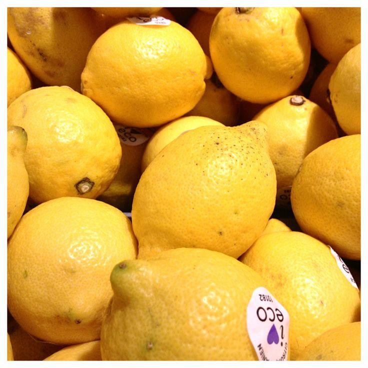 Citron är lite av en magisk frukt med fantastiska, läkande egenskaper. Nu på höst- och vinterhalvåret i mörkret behöver vi äta mycket av dom av många olika skäl. Deras inneboende solljus som de flö...
