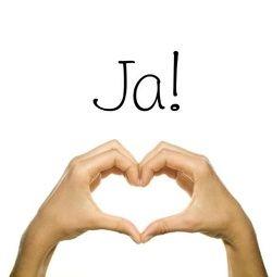 Huwelijksuitnodiging met handen die samen een hart vormen. Kies de kaart, pas de tekst aan en vraag een gratis proefdruk op (je betaalt zelfs geen verzendkosten!). http://www.trouwpost.nl/trouwkaarten/hartjes/