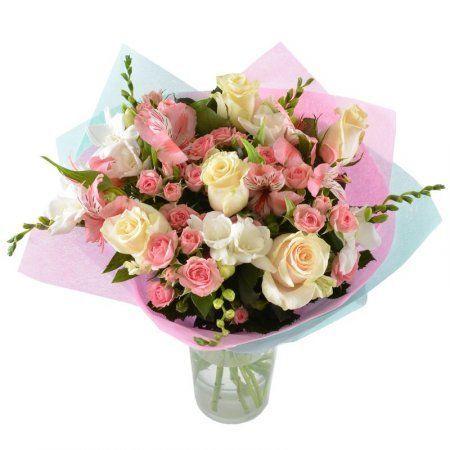 Букет в бело-розовой гамме собрал самые трепетные и элегантные цветы: белые фрезии и альстромерии, кремовые розы и миниатюрные кустовые розочки. В нем воплощено восхищение и надежда на взаимность.