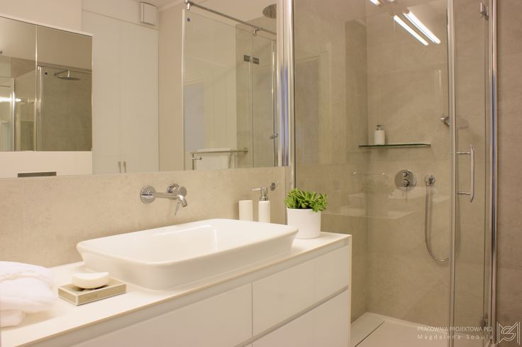 White bathroom by Magdalena Sobula (pracownia Projektowa Pe2)