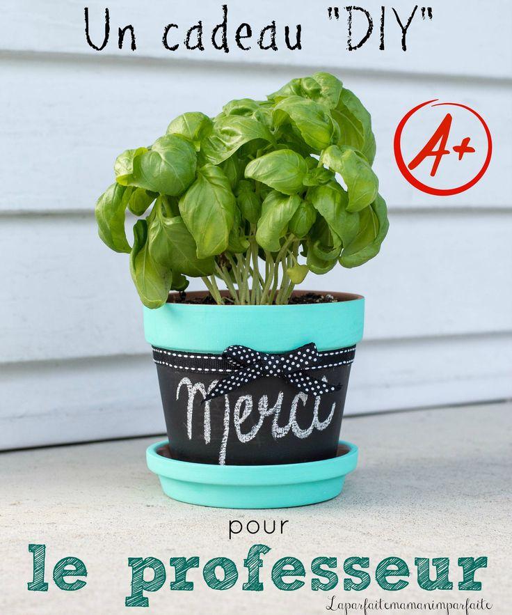 Une belle idée cadeau à offrir aux professeurs et/ou éducatrices : un pot à fines herbes personnalisé.