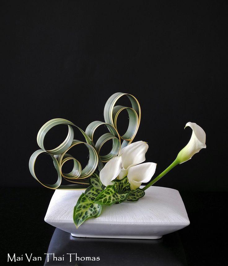 manipulated variegated iris leaves, arum, callas in Ikebana argt