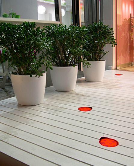 Χωνευτά φωτιστικά σε ξύλινο deck, ειδικά κατασκευασμένα για το το concept design του ανθοπωλείου Ladybird. Δείτε περισσότερα έργα μας στο  http://www.artease.gr/interior-design/emporikoi-xoroi/