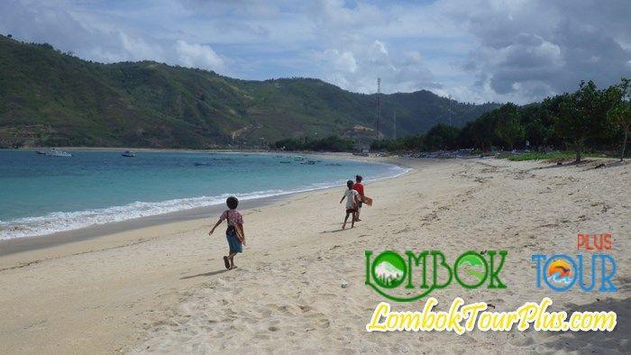 Wisata Pantai Kuta yang menakjubkan. Lihat informasi selengkapnya di http://lomboktourplus.com/blog/wisata-yang-menyenangkan-di-pantai-kuta-lombok/ bersama LombokTourPlus dan jangan lupa untuk mengunjunginya yah :)