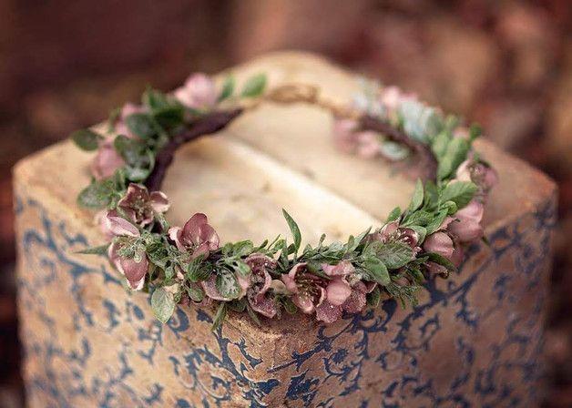 Romantische, nostalgische Blumenkrone ist die perfekte Wahl für Leute, die wie das Original aussehen. Blumenkrone der schönen Satinblumen in den Farben lila und grün gemacht. Unsere Blumenkrone ist...