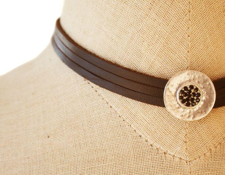 Collar de piel marrón y motivo. Un collar tan elegante como preparado para la acción. www.lanadepez.com