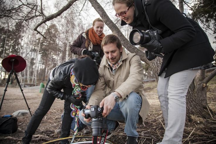 Opiskelijat keskustelevat mallin kanssa metsässä  © Alejandro Lorenzo www.valokuvauskurssi.fi