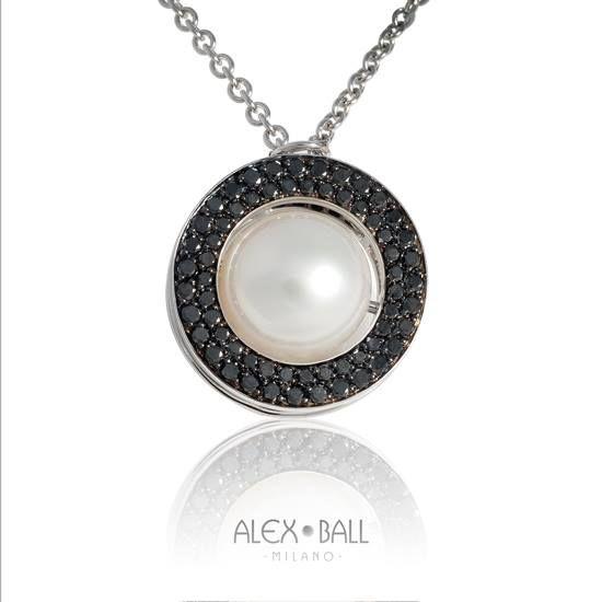 Opera d'arte a tema sfera mobile. Ciondolo in oro bianco 18k, diamanti neri e perla giapponese. Catena con lunghezza regolabile in oro bianco 18k e perlina decorativa.