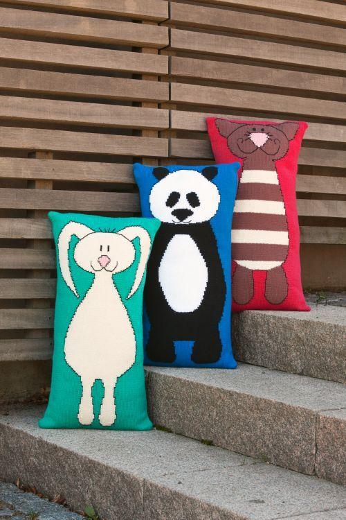 Avlånga kuddar med djurmotiv #knittingroom #garn #hemmet #inspiration #djur #barnkudde
