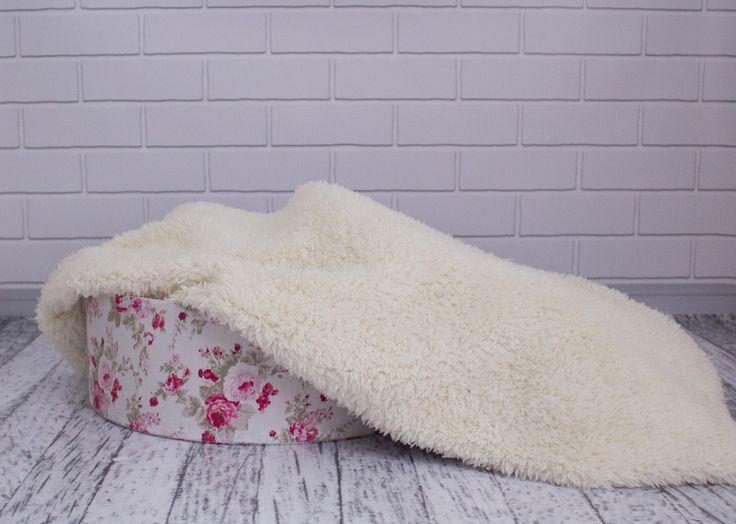 Ótimo pelo, muito macio sua aparência imita pele de ovelha. Perfeito para ensaios fotográficos de recém-nascidos. <br>Fica perfeito em cestos, tigelas, floreiras, ninhos, caixas ou simplesmente aconchegando os bebês nele. <br>Sua medida é de 100 cm x 70 cm. <br>Cor: Natural <br> <br>Instruções de Lavagem: <br>- Lavar com água fria; <br>- Utilizar sabão neutro, de preferência líquido; <br>- Os pelos podem ser lavados à mão ou em máquina no ciclo delicado; <br>- Secar à sombra; <br>- Não usar…