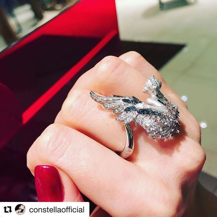 Amanecer #ring from Hechizo Collection. A great idea for Christmas! 💎🎁 Новинка от @mageritofficial - изящное кольцо Odile с белыми и редкими синими бриллиантами в @constellaofficial