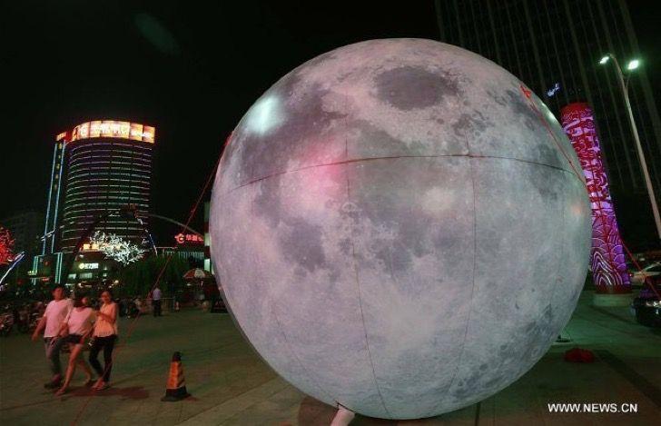 Luna gigante se escapó de un festival y rodó sobre las calles aplastando a peatones y conductores
