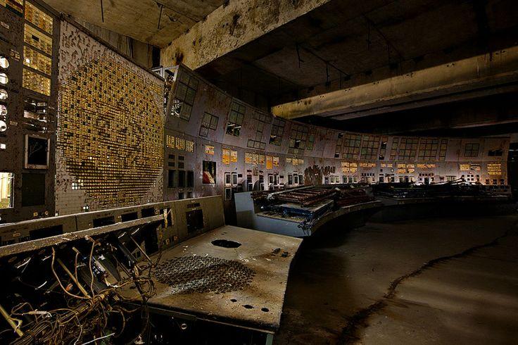 Centrale nucléaire de Tchernobyl, Ukraine 2011 | Le 26 avril 1986, les opérateurs de la salle de contrôle du réacteur n°4 de la centrale nucléaire de Tchernobyl ont commis une série d'erreurs fatales pendant un test de sûreté. L'effondrement du récteur provoquera ensuite le plus grand accident nucléaire mondial à ce jour.   Gerd Ludwig / INSTITUTE
