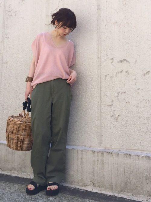 AZUL ENCANTOのニット・セーター「【洗濯機で洗える】綿アセテートホールガーメントVネック(半袖)プルオーバー」を使ったari☆のコーディネートです。WEARはモデル・俳優・ショップスタッフなどの着こなしをチェックできるファッションコーディネートサイトです。