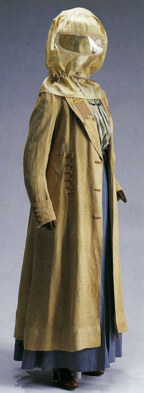 Пальто, капюшон, блузка и юбка. Костюм для езды на автомобиле. 1900-1905. Пальто из коричневого льна с полотняным переплетением, отделка шнурами, пуговицы, обтянутые материалом, капюшон из белого японского шелка хабутаэ и тюля, вставка из прозрачной слюды на уровне глаз, блузка из шерстяной саржи с разноцветными полосками, юбка из серой шерстяной ткани.