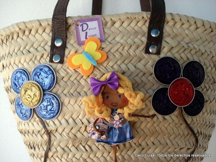 Cesta de mimbre decorada con un broche Georgina. La muñeca tiene más usos al no ir pegada.