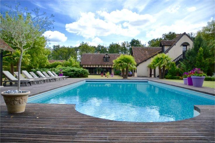 Sublime domaine à Nancay à vendre chez Capifrance.     A seulement 2h15 de Paris, il est composé de 4 maisons pour un total de 900 m². A noter la présence d'un terrain de 53 Ha.     Plus d'infos > Bastien Dehez, conseiller immobilier Capifrance.