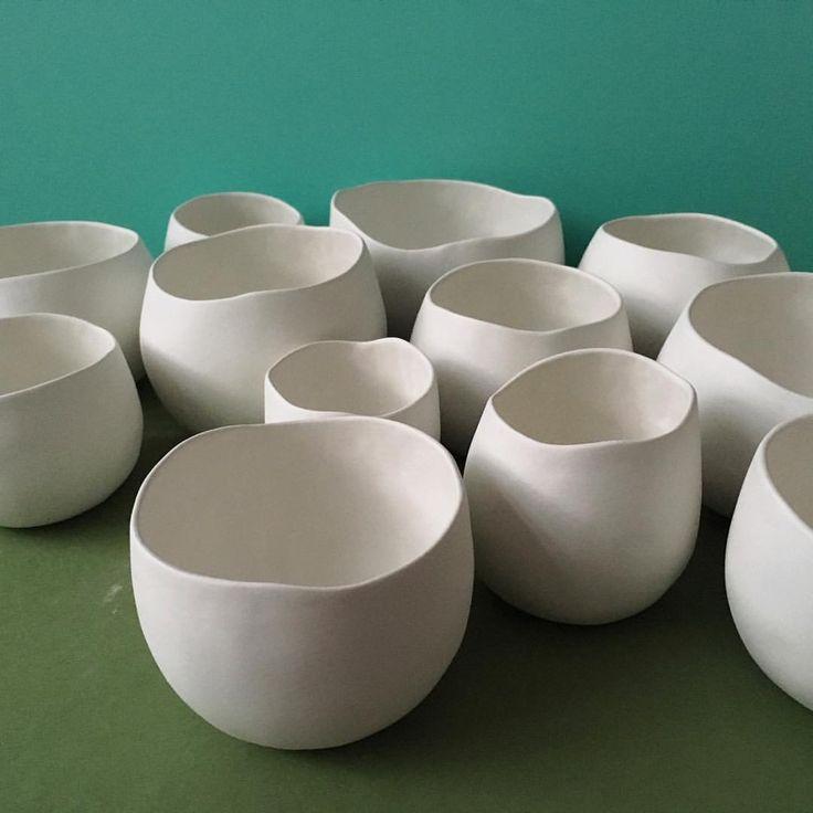 Beautiful porcelain pinch pots by Hana Hybs   http://www.throwlikeagirl.co.uk/