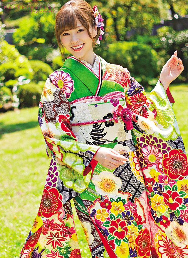 白石麻衣 Mai Shiraishi modeling a very colourful kimono
