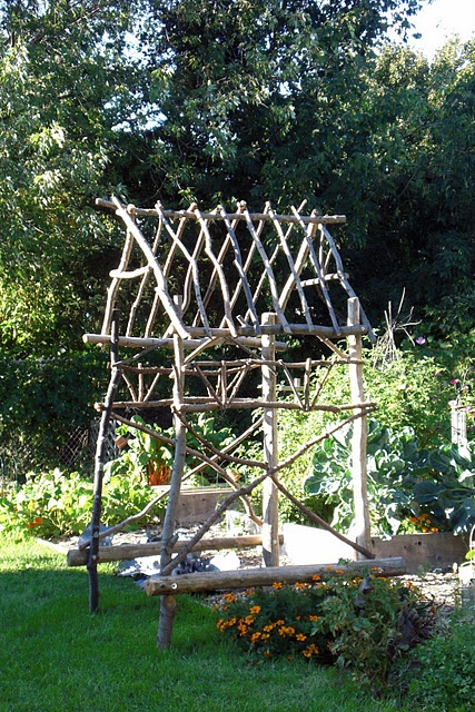 Instructions for making a rustic arbor for the potager.