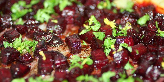 Ovnbagte rødbeder med en dejlig karamelliseret overflade, en fin sødme og et friskt drys af persille og citronskal.