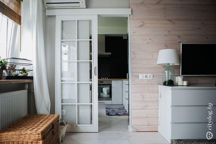 Дизайн белой П-образной кухни на 6 кв.м со столешницей-подоконником (7 фото)
