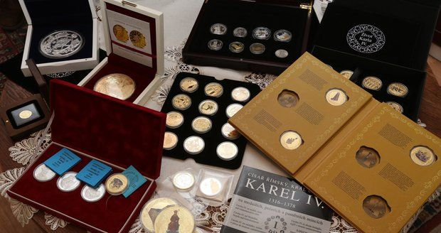 Těší nás, že jsme i my mohli rozšířit unikátní sbírku medailí paní Bašeové. http://bit.ly/1TGqSCp  #narodnipokladnice #karelIV #numismatika
