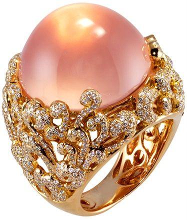 Mvee-Anello Tudor's Touch con quarzo rosa, diamanti bianchi e brown. Foto courtesy press office