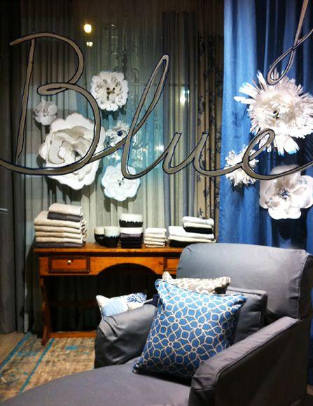 Διακόσμηση βιτρίνας με χάρτινα λουλούδια. Δείτε περισσότερα έργα μας στο  http://www.artease.gr/interior-design/emporikoi-xoroi/