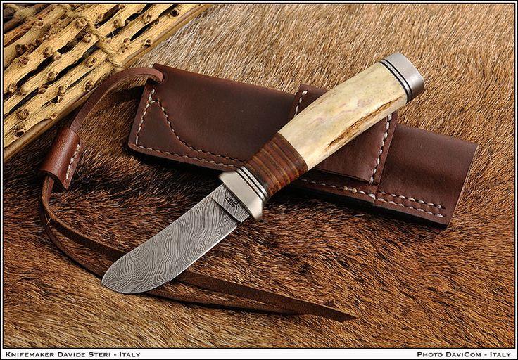 Piccolo skinner realizzato da Davide Steri damasco compreso  lama da 7,5 cm, manico da 10,5 in cervo sambar e cuoio