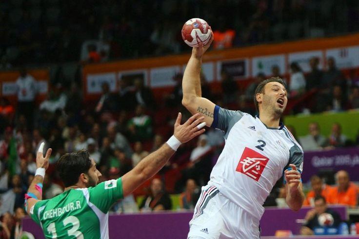 Le capitaine Girondin Jerome Fernandez va marquer un but face à l'Algérie lors du 24e championnat du monde de handball masculin, le 22 janvier 2015.