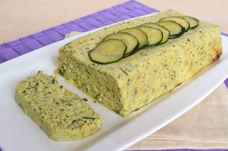 Lo sformato di zucchine si prepara come contorno o come piatto unico. Lo sipuò portare in tavola il giorno stesso in cui lo si prepara oppure quello