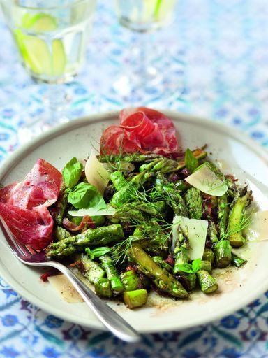 Poêlée d asperges vertes et coppa 1 botte d'asperges vertes fines coupées en morceaux, rissolées 10 à 15 mn à l'huile d'olive. Sel et poivre. - 80 g de coppa tranchée finement que l'on ajoute en fin de cuisson, avec un trait de vinaigre balsamique et du parmesan gratté.