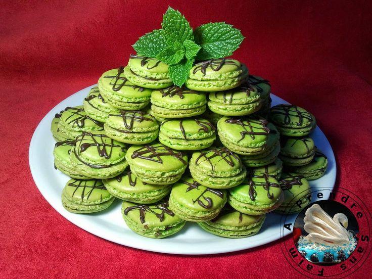 A Prendre Sans Faim: Macarons menthe-chocolat (pas à pas en photos) http://www.aprendresansfaim.com/2014/10/macarons-menthe-chocolat-pas-pas-en.html