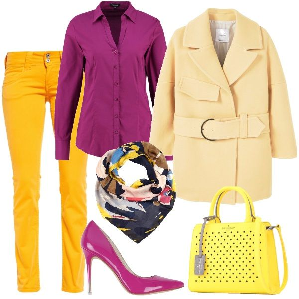Pantaloni gialli, modello a sigaretta abbinati a camicetta viola e cappotto corto con collo bavero e foulard multicolor. Décolleté viola e infine borsa a mano gialla.