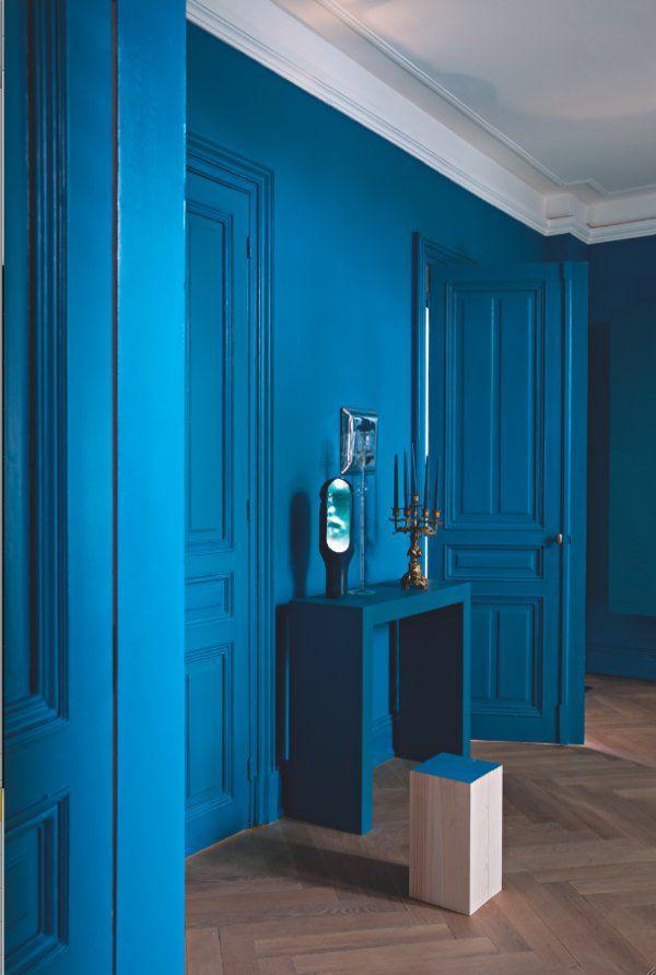 Un couloir bleu à l'atmosphère feutrée