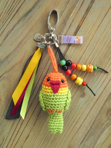 Tamigurumi: Bag charm lovebird (free pattern: English, Español and Nederlands)