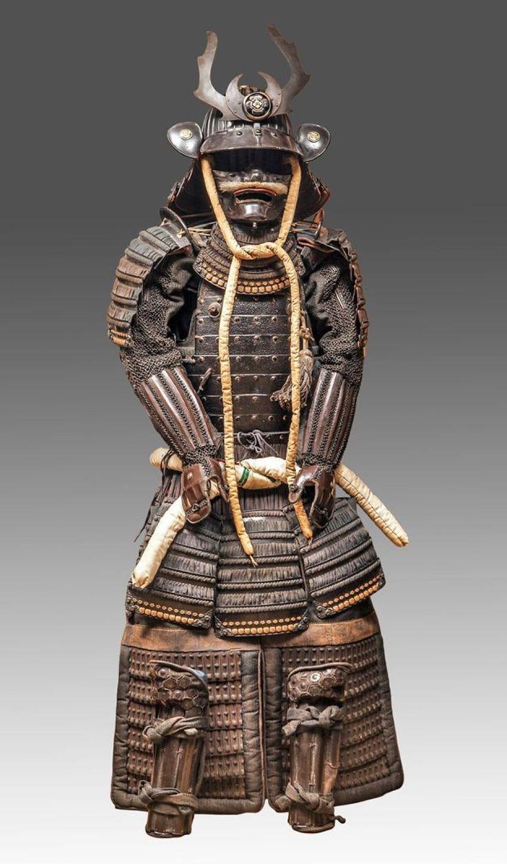 «Yoroi» Armure de samouraï constituée d'une cuirasse «Dô» en métal garnie de cordelettes, les épaulières «Sode», et la sous-jupe «Kusazuri» sont constituées de plaques en fer. Les manches «Kote», les cuissardes «Haidate» et les jambières «Suneate» sont en soie recouvert partiellement de plaques de métal et cotte de mailles. Thierry Desbenoit et Associés - 05/05/2015