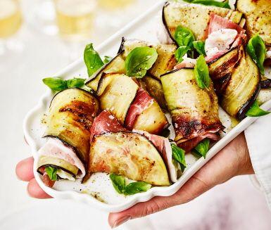 Plockmat när den är som bäst. Vitlöksstekt aubergine med prosciuttoskinka, mozzarella och basilika kan det bli bättre? Fantastiska italienska smaker som passar perfekt på buffén, som tilltugg till drinken eller varför inte som fredagsmys.