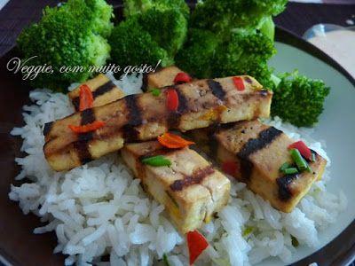 Veggie com gosto: Tofu marinado grelhado com molho de amendoim