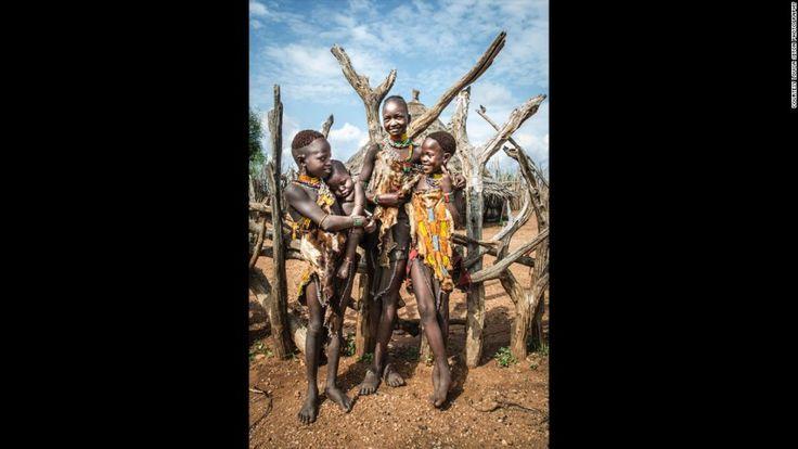 Το κορίτσια αναλαμβάνουν από πολύ νωρίς την φροντίδα των παιδιών, υπάρχει έντονη σχέση ανάμεσα στις γυναίκες και τα παιδιά της κοινότητας.