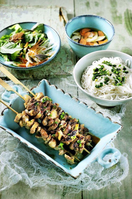 Bun cha, gegrild spek met rijstvermicelli, slaatje en vissaus  http://www.njam.tv/recepten/bun-cha-gegrild-spek-met-rijstvermicelli-slaatje-en-vissaus