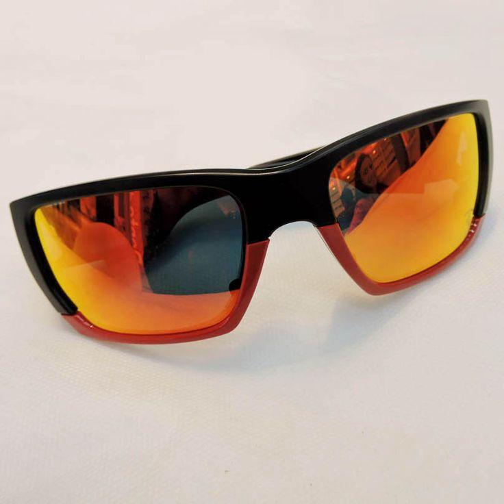 Óculos Oakley R$600,00 http://shoppingsaojose.com.br/  Os óculos de sol com lentes espelhadas da Oakley são para quem adora uma boa aventura, mas sem perder o estilo. Além de serem bem resistentes, eles ficam perfeitos em pessoas com rosto oval ou redondo, por afinarem a face.